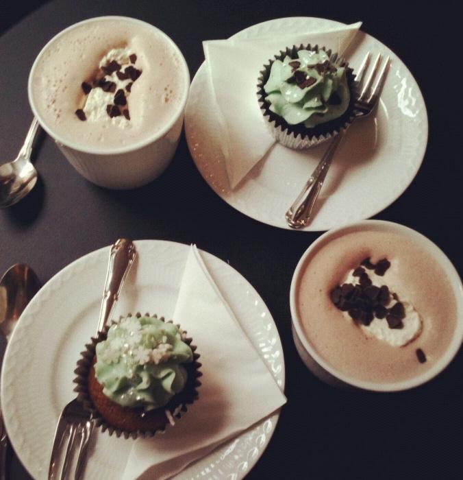 Græskar/oreomuffins og varm chokolade på Serenity Cupcakes