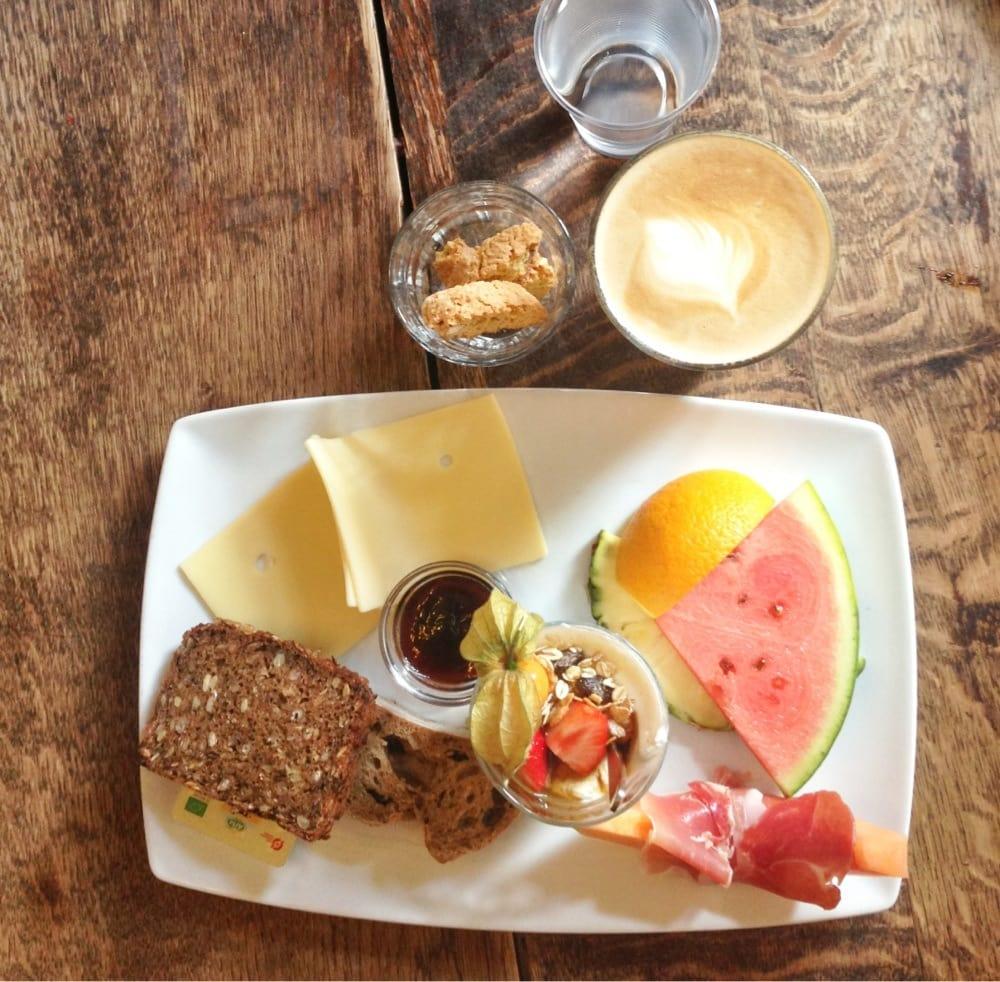 morgenmad på Paludan café. Vandmelon, brød, ost, kaffe