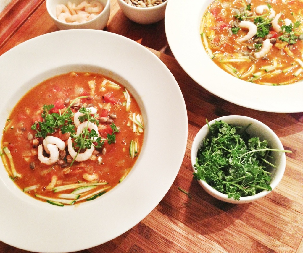 tomatsuppe opskrift med karry, squash og rejer. Super nem og billig suppe