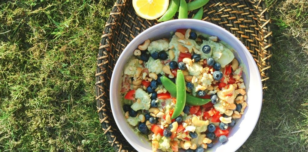 Skål med guacamole og salat på én gang