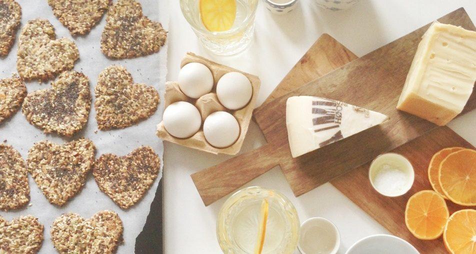 Hjemmelavet Knækbrød uden mel og kulhydrater. Servet på morgenmordet med æg, ost, juice og kaffe. I hjerteforme