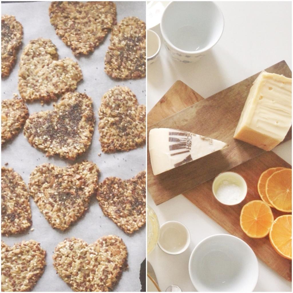morgenbord og knækbrød med ost og appelsiner