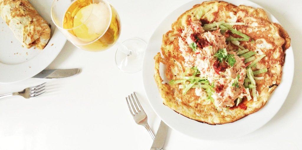 Æggewrap lavet kun af æg og uden mel eller gluten eller fedt. Fyldt med hjemmelavet tunsalat. Helt perfekt til frokost. Serveret med øl.