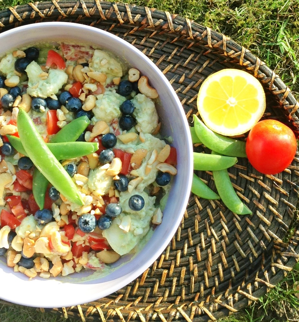 Stor salat med avokodo, blåbær, ærter, cashewnødder og meget andet