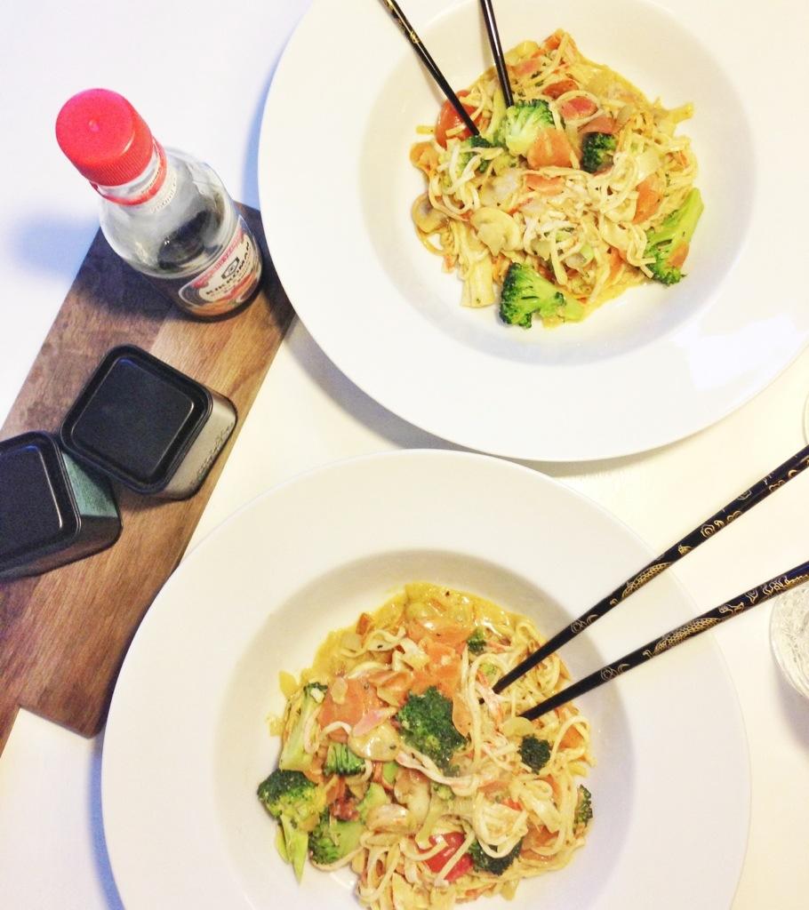 wok opskrift med kokosmælk, broccoli, en masse grøntsager og surimi