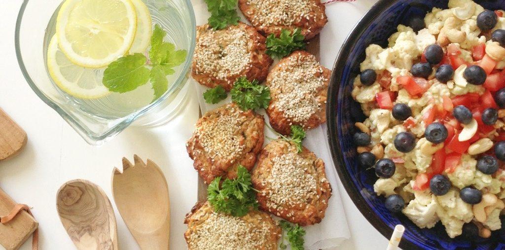 Frikadeller med fisk. Hjemmelavet og anrettet med citron, persille og en guacamole-salat.
