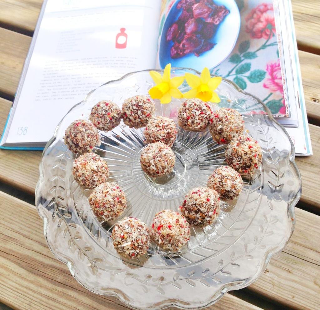 Sunde trøfler uden sukker og glutenfri. Lavet med sorte bønner og smag af chokolade. Derudover med mandelessens og krymmel