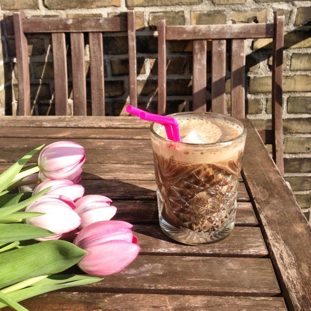 hjemmelavet iskaffe på altanen med tulipaner på bordet. Og masser af skum. Altanliv i København