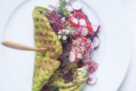 Spinatvafler med farver, sommer og rødbedehummus