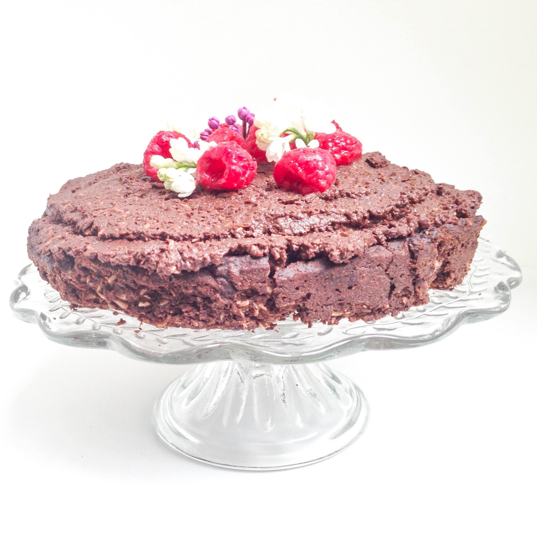 Chokoladekage opskrift som den-du-ved-nok. En chokoladekage og drømmekage toppet med friske hindbær.