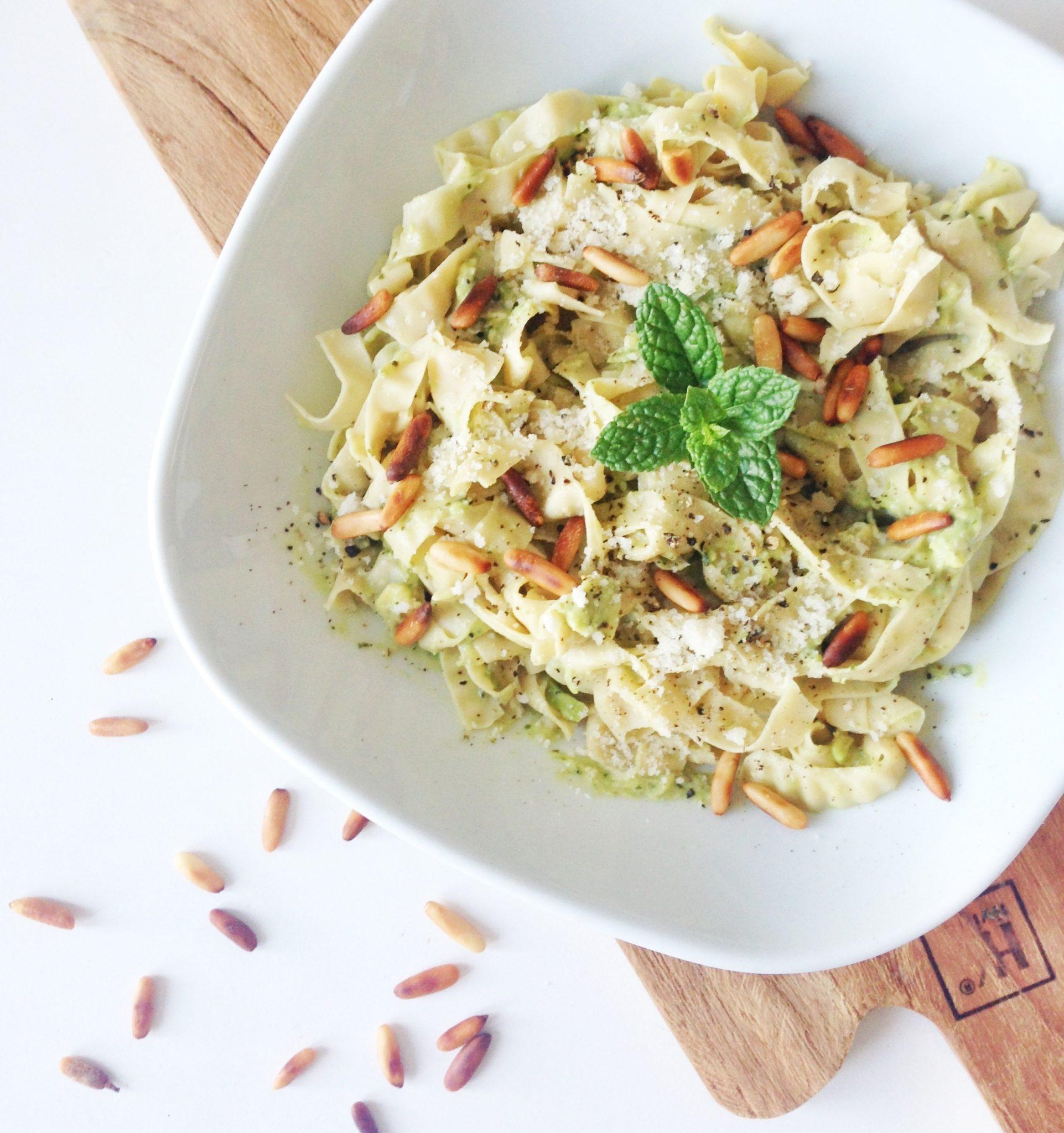 Pasta lavet af edamame bønner med en sund og lækker avokadocreme
