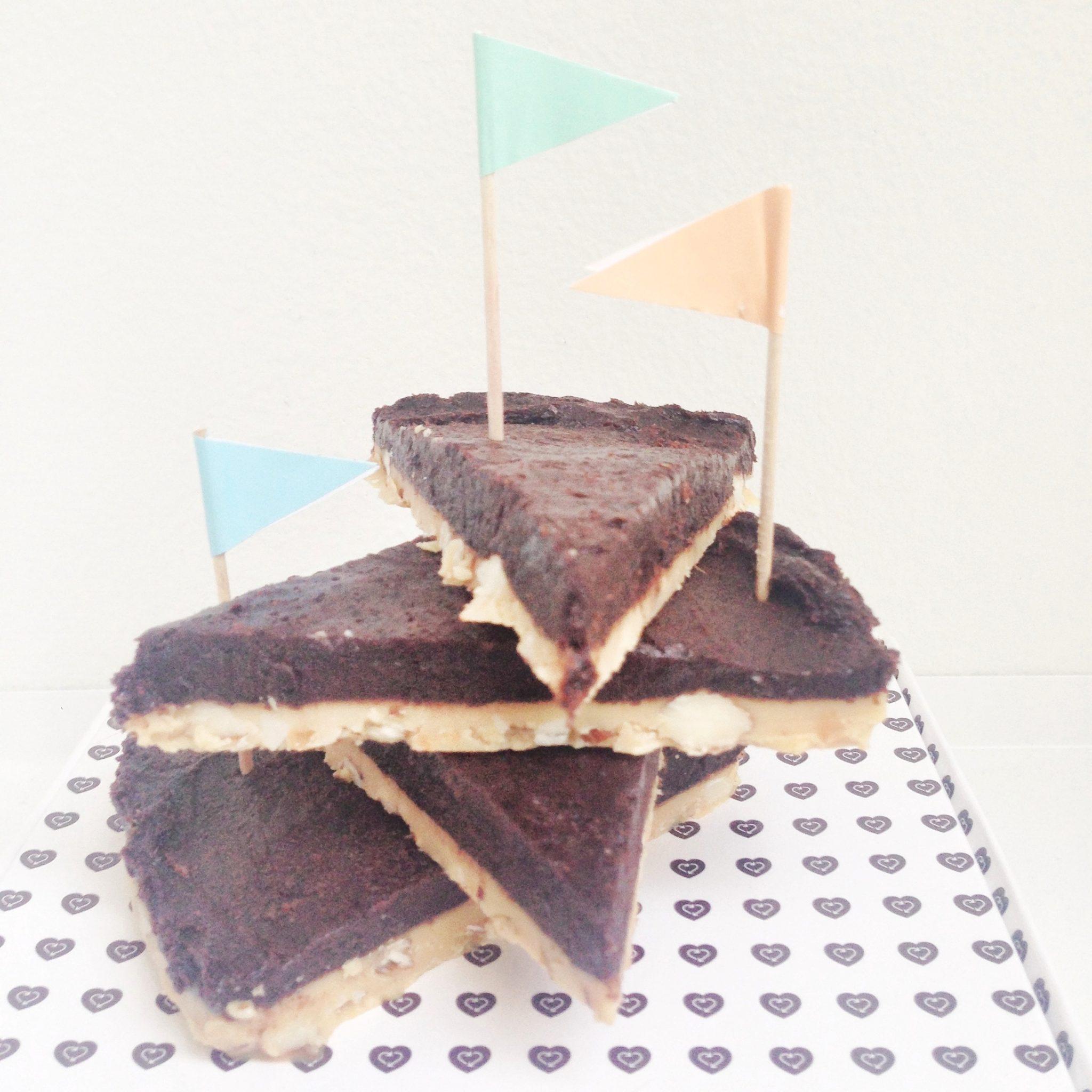 Et tårn af snickerskage sukkerfri med flag på og uden sukker