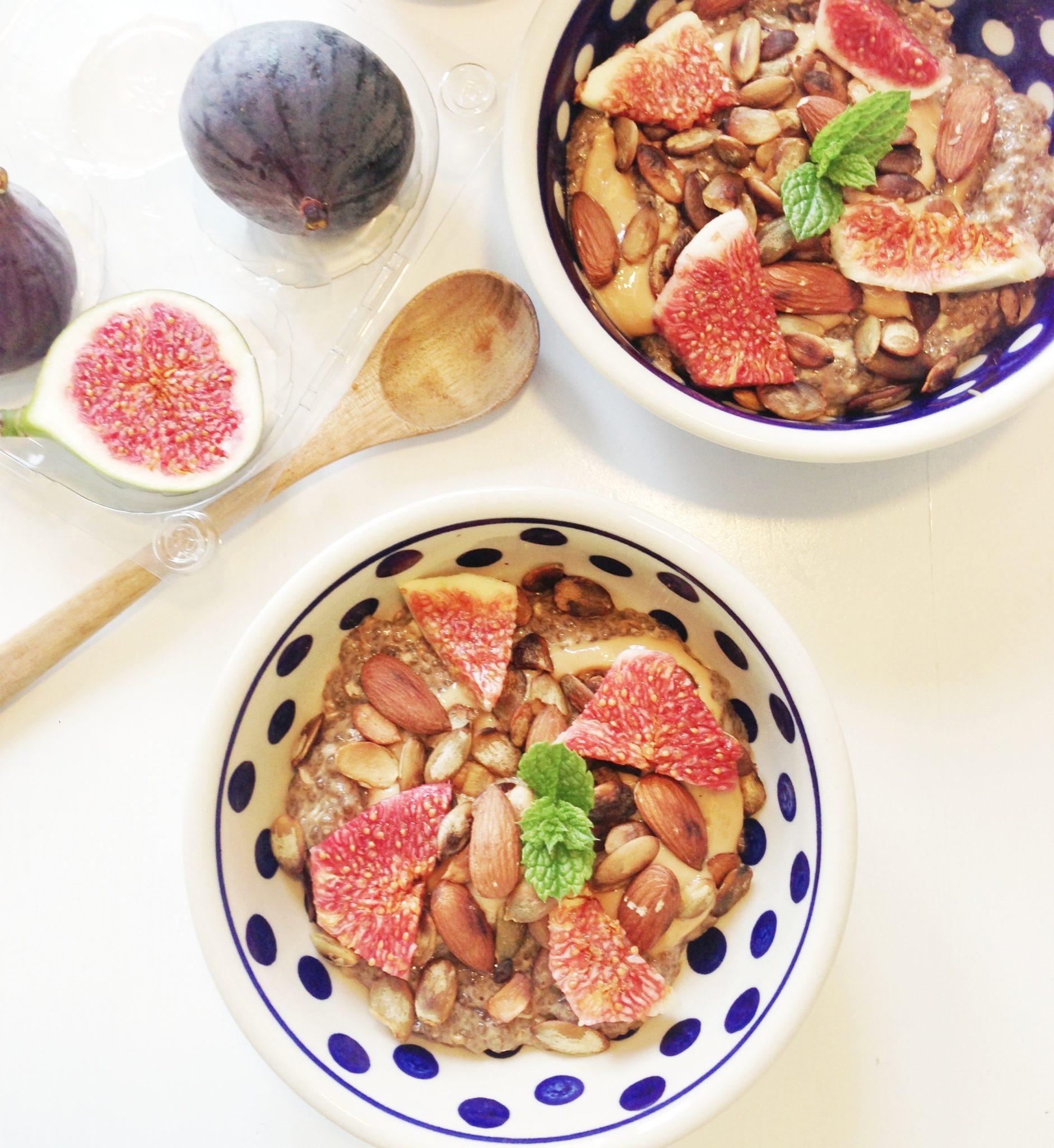Chiagrød lavet på chiafrø med lakrids, peanutbutter, figen og græskarkerner
