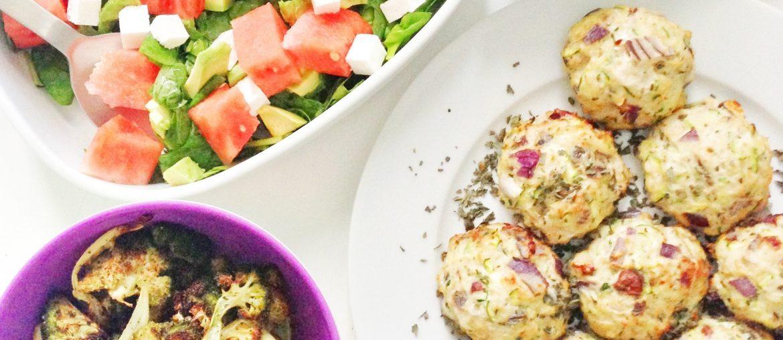 Sunde kyllingefrikadeller med squash, bagt broccoli, salat med vandmelon og romanesco-dip
