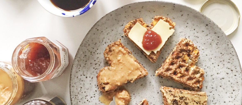 vafler til morgenmad med ost, peanutbutter, marmelade og hjemmelavet nutella