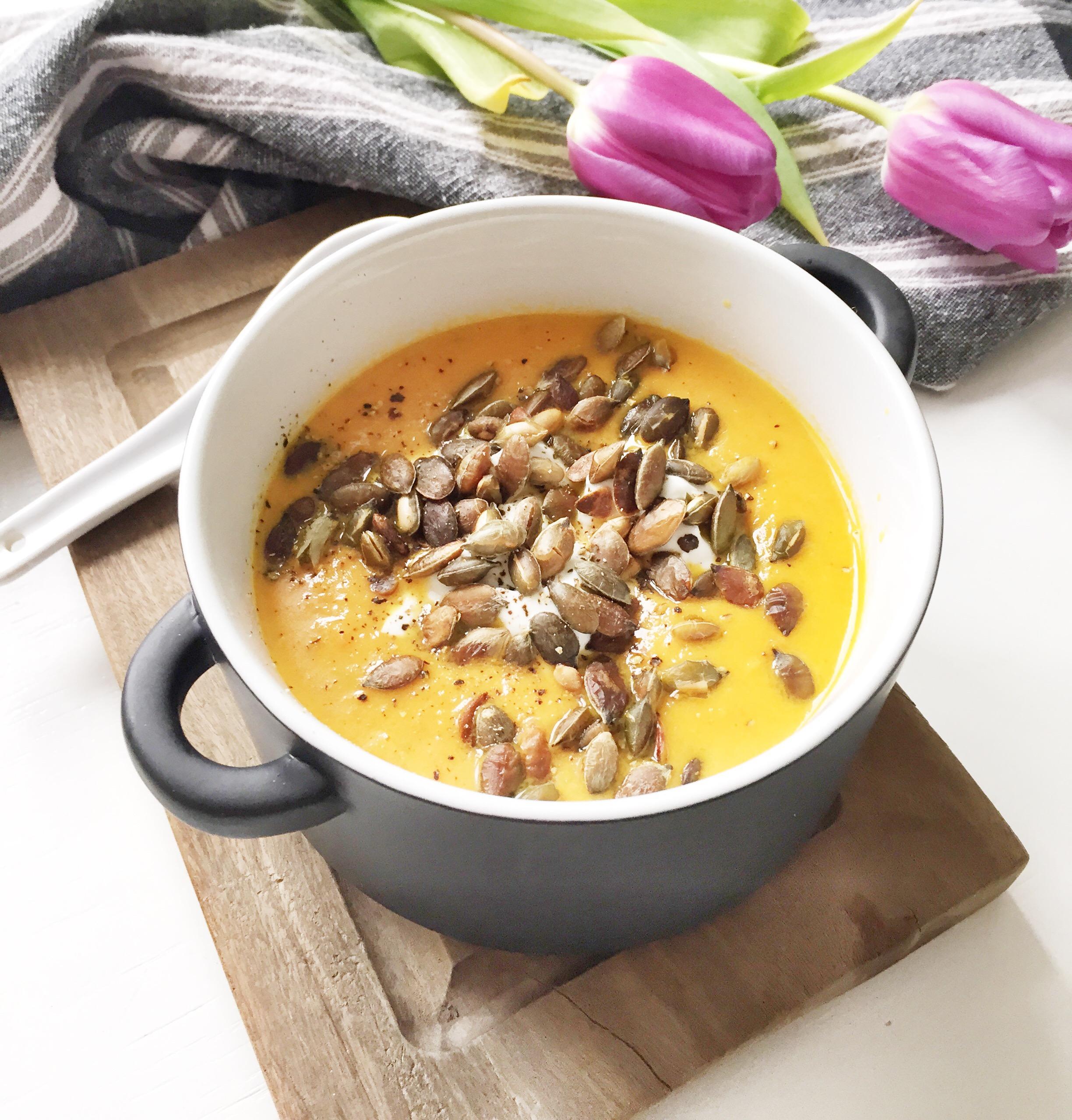 Gulerodssuppe med ingefær og græskarkerner som topping