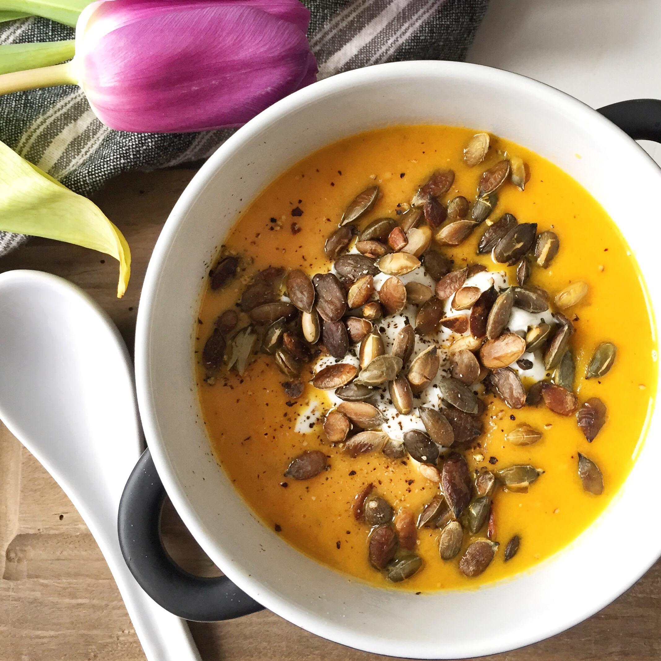 Sund gulerodssuppe hjemmelavet opskrift med ingefær og kokosmælk