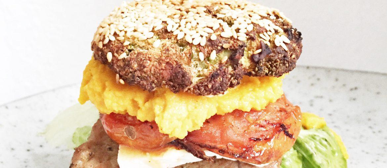 Burger lavet med broccoliboller og kalvefillet. Gulerodshummus, bagte tomater, gedeost og salat.
