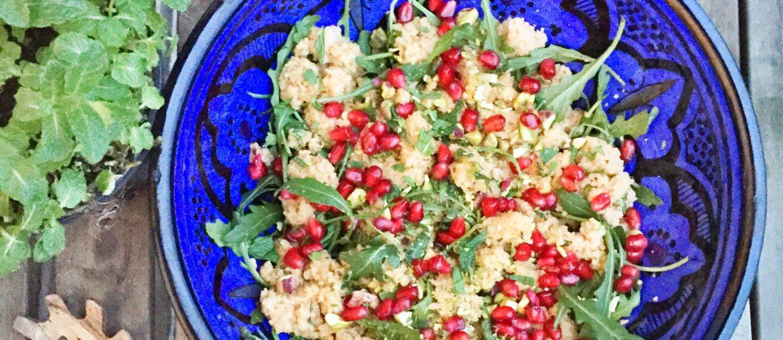 Salat med couscous, granatæble og pistacie. Perfekt til tilbehør til grillen om sommeren. Sommersalat og sundt tilbehør