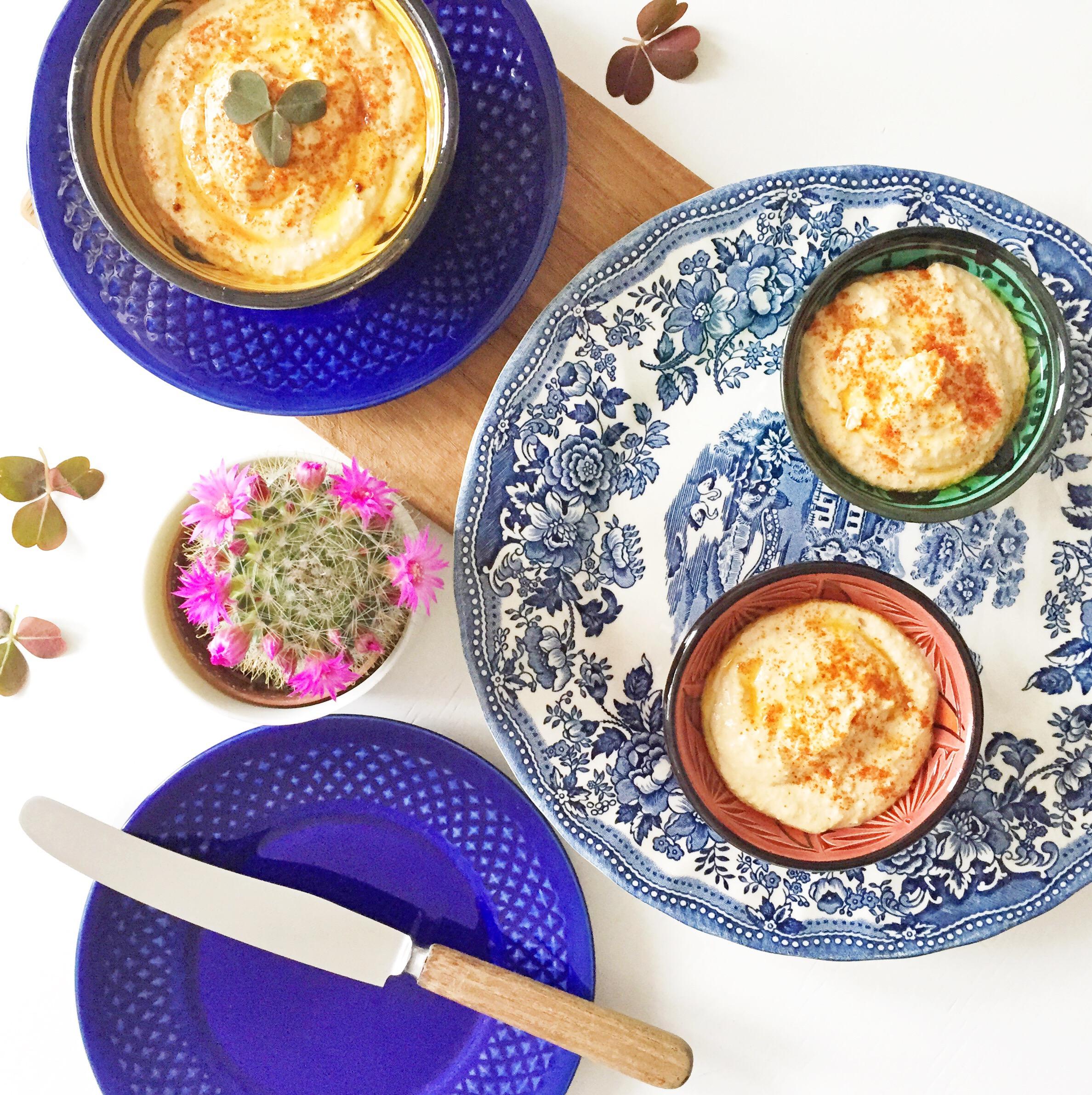 Hjemmelavet hummus eller humus serveret på keramik fra genbrugsbutik Røde Kors på Fælledvej. Blåt keramik og mønstret keramik