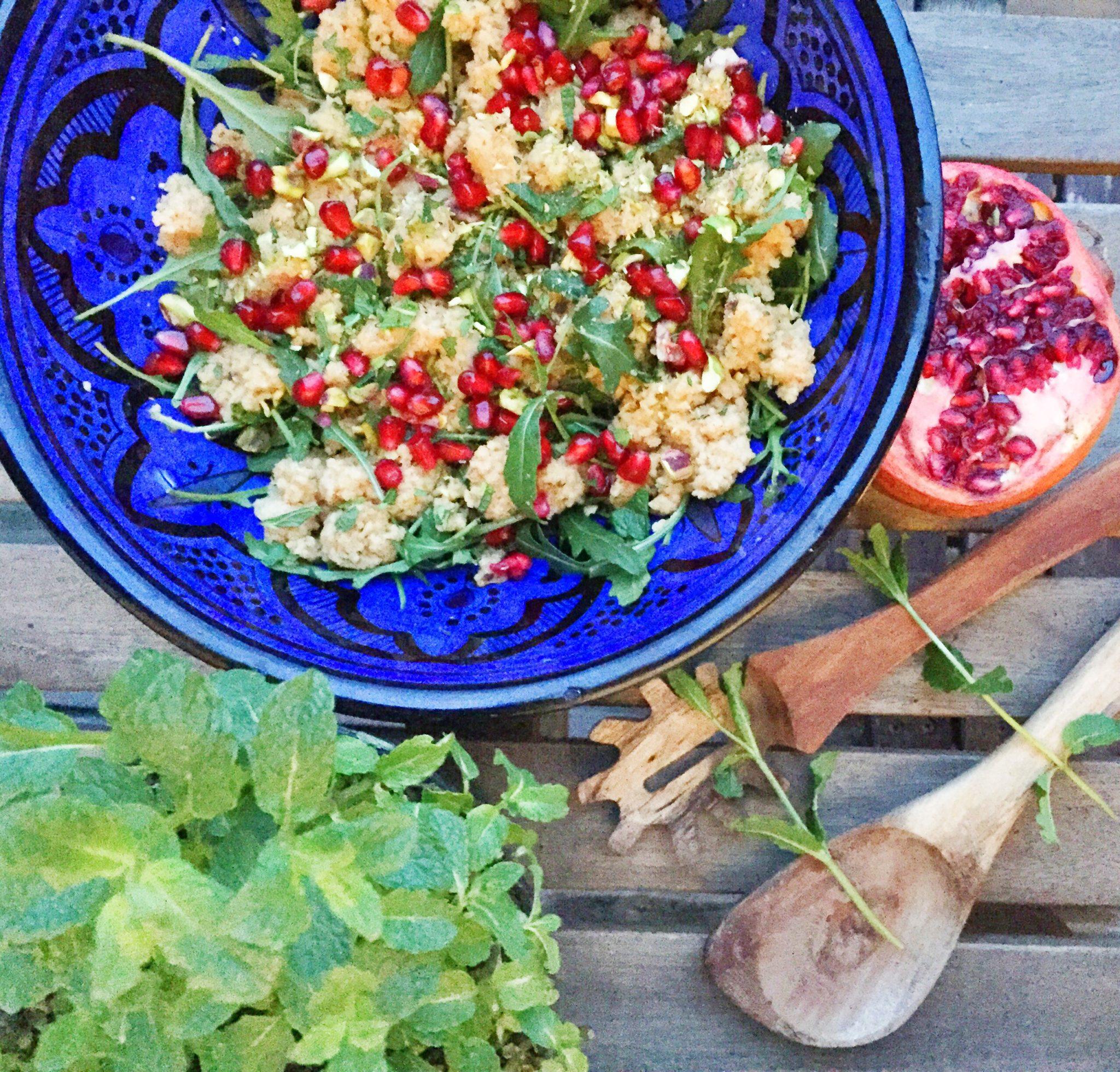 Salat til grillmad. Couscous salat med masser af granatæble, grønt og pistacie.