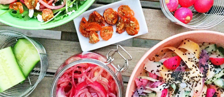 Salat med syltede rødløg, bagte tomater og radiser