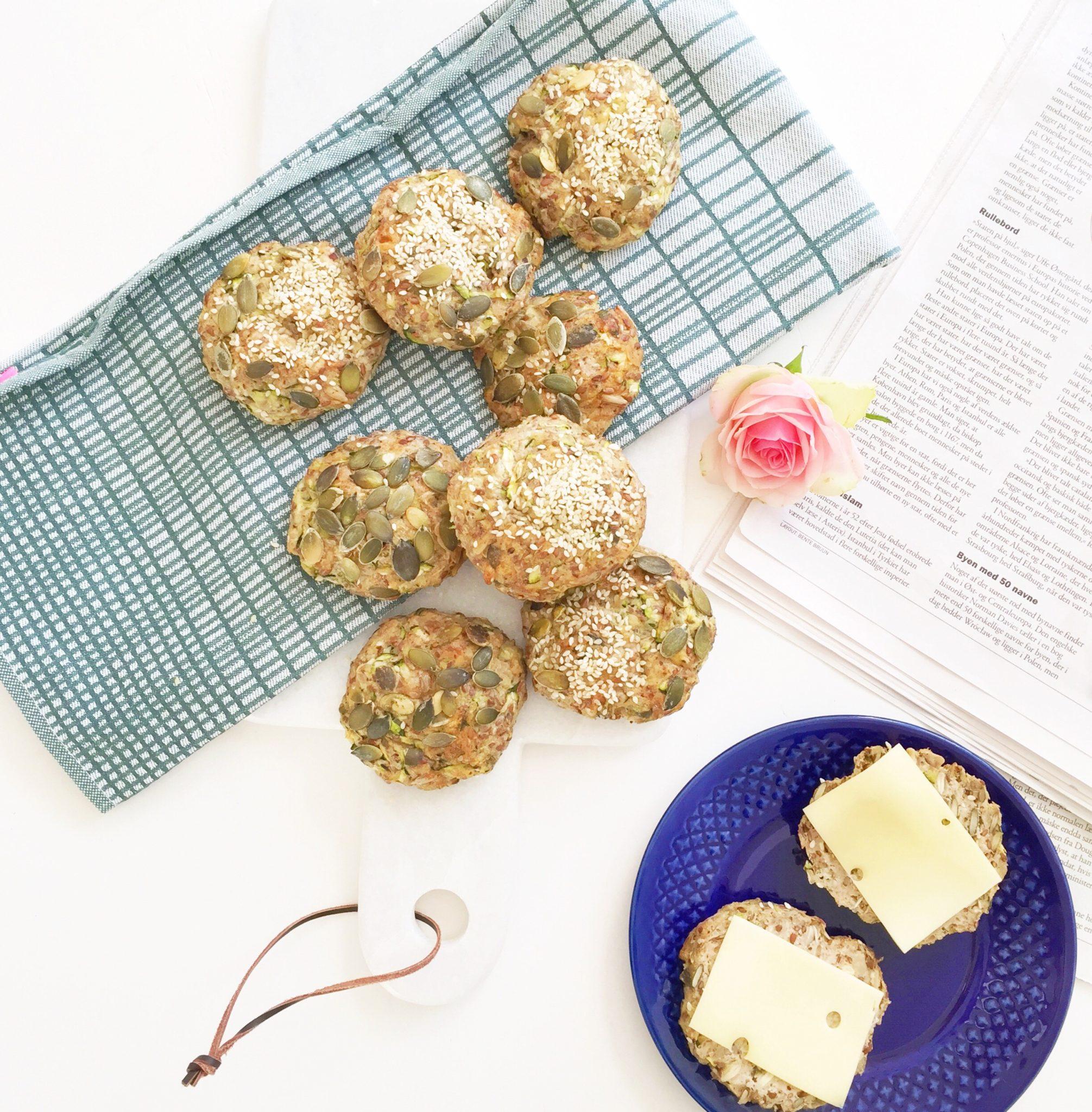 Boller med squash sammen med avis og viskestykke. Blå tallerken fra genbrug og blomst