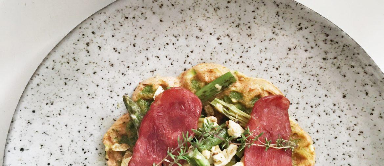 brunchvafler med røræg på vafler og asparges