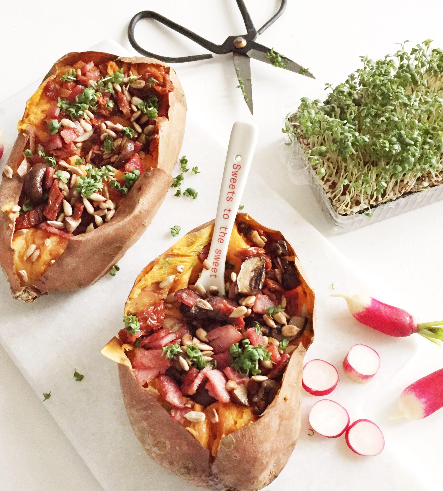 Sund tilbehør; bagte søde kartofler med fyld. Bacon og tomat og karse. To stk samt saks frs Nicolas Vahé