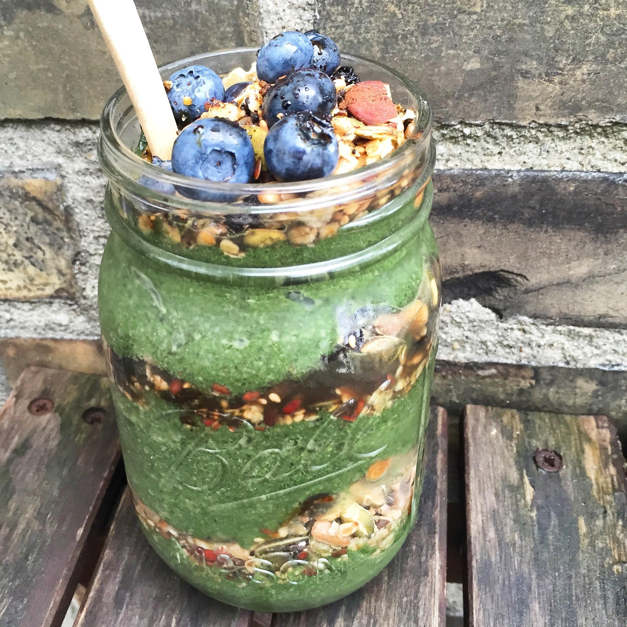 Grøn og sund smoothie bowl med masser af grøntsager, vitaminer og mineraler. Lækker sund morgenmad