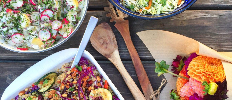 Tre forskellige salater. Kartoffelsalat, hvidkålssalat og hvidkåls- og gulerodssalat