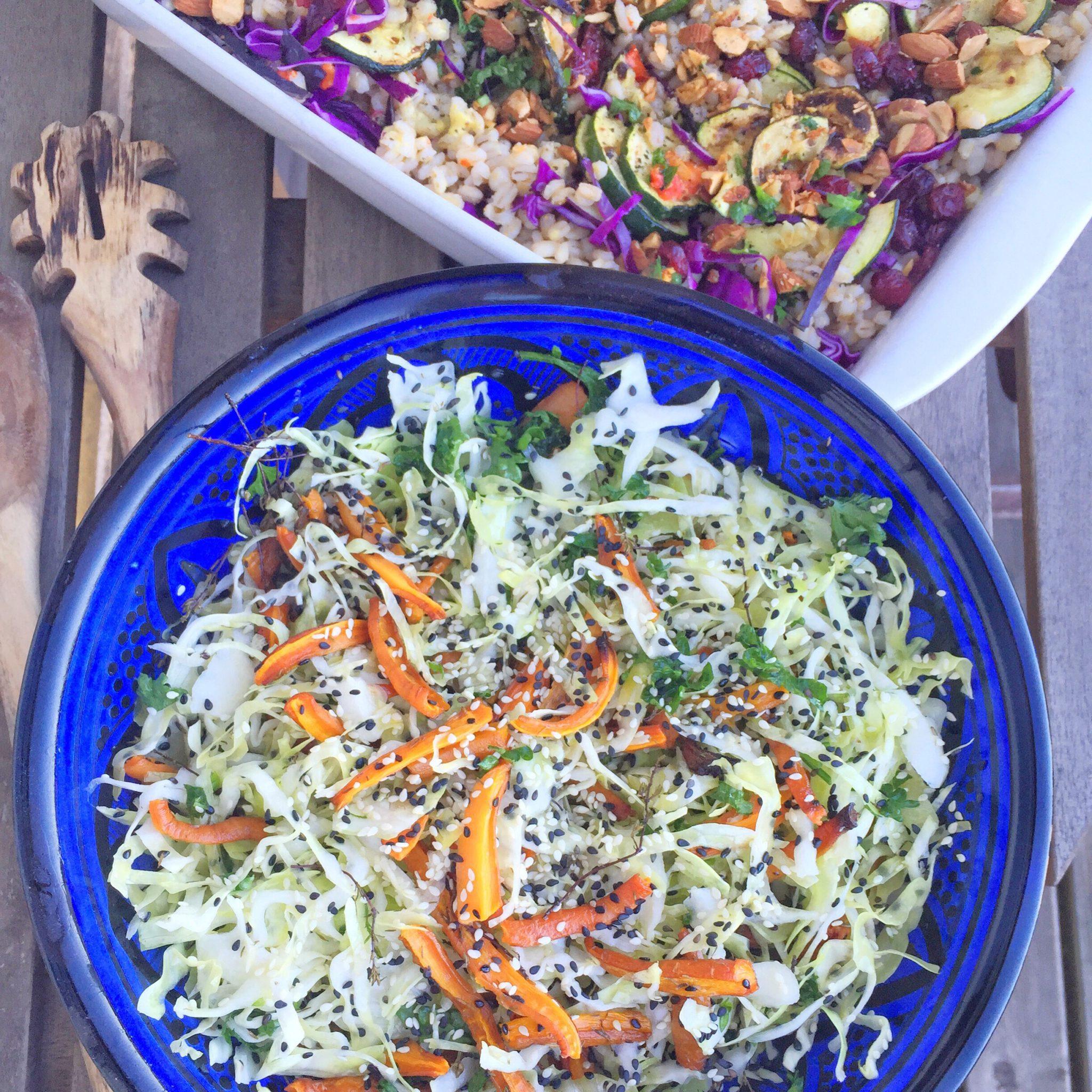 Blå skål med salat perfekt til fest med gulerødder og hvidkål