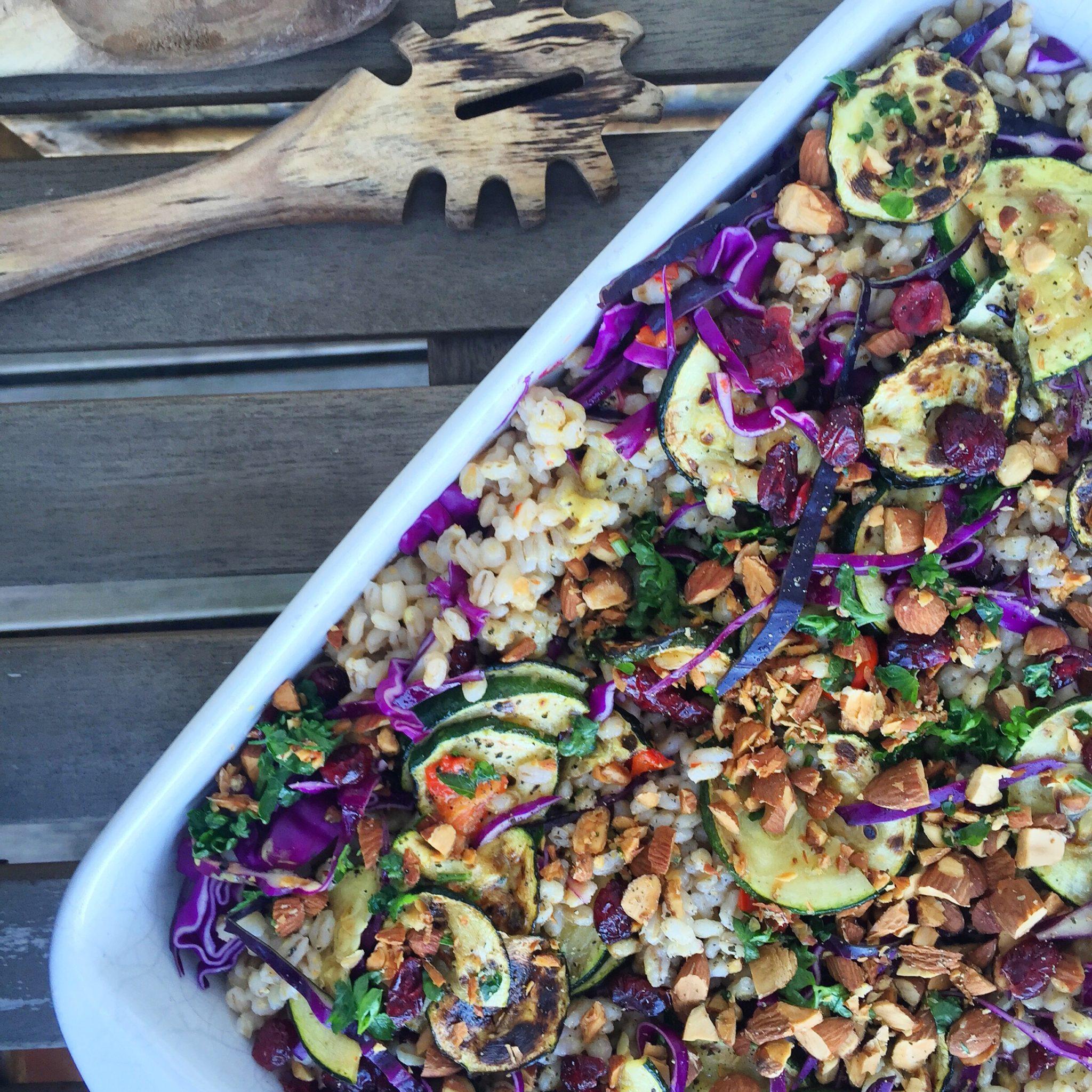 Nem salat til grill med perlebyg, squash og rødkål
