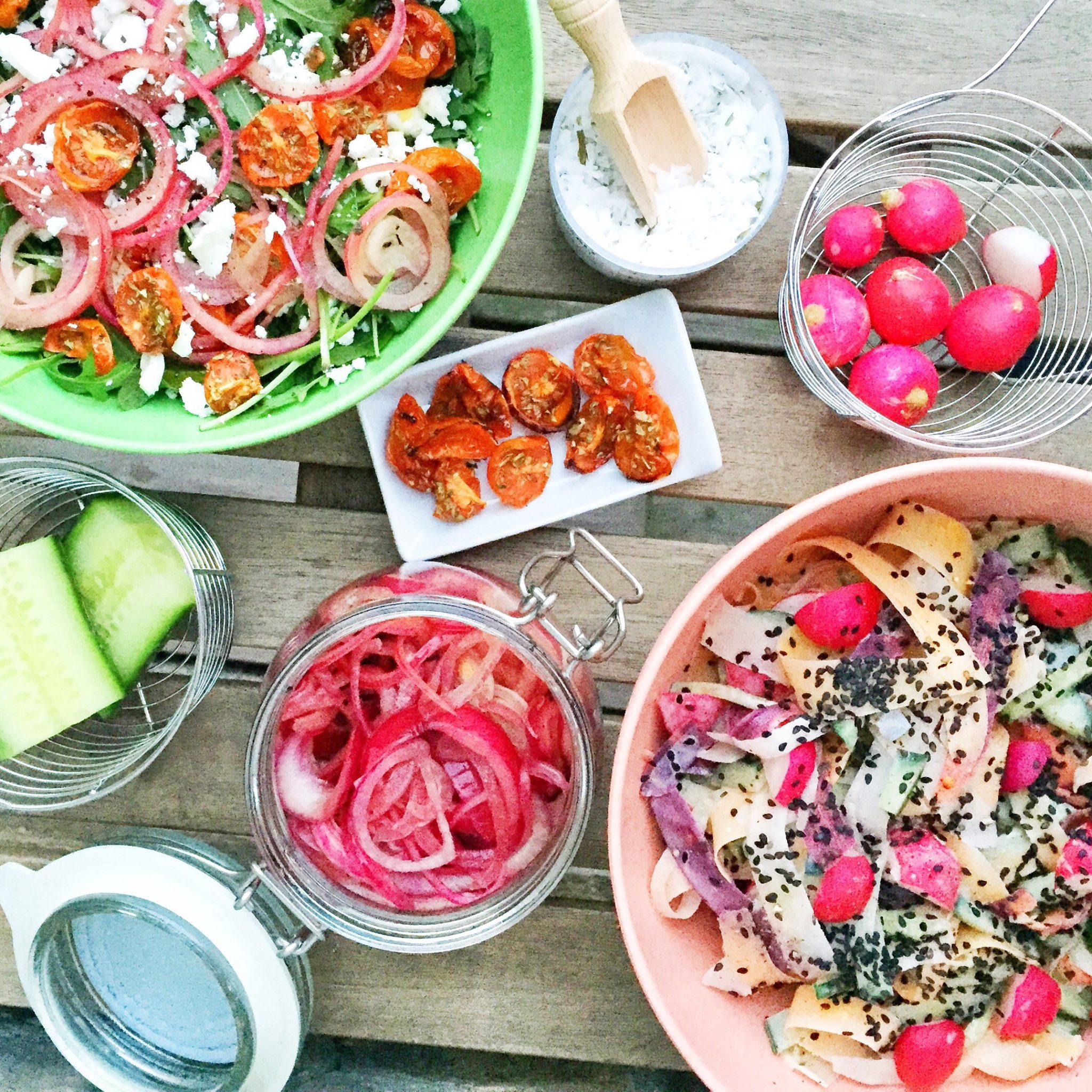 Salat med radiser, tomat, ost og andet grønt. Forårssalat
