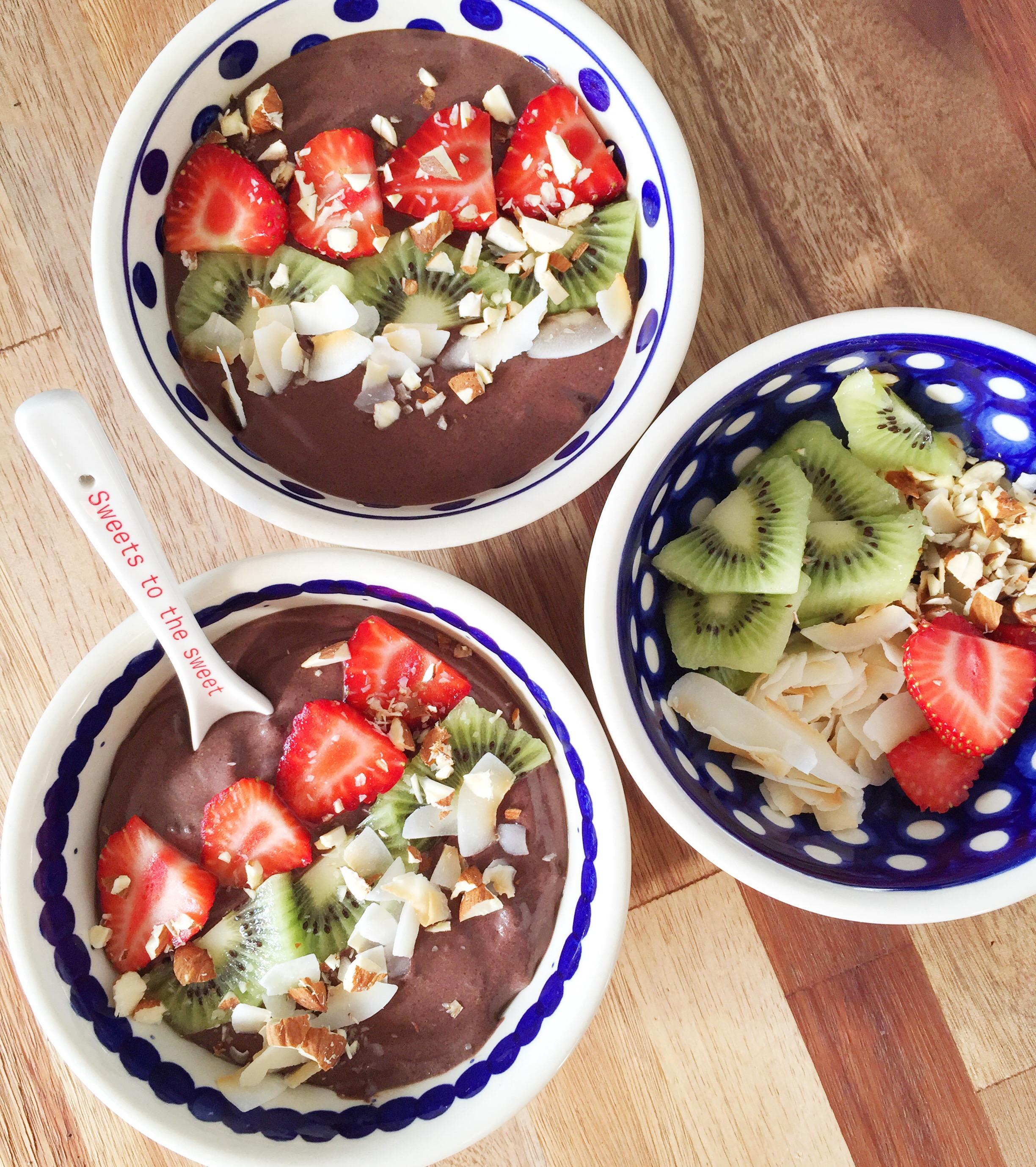 Kakao / chokolade smoothie bowl med dadler, jordbær og kiwi