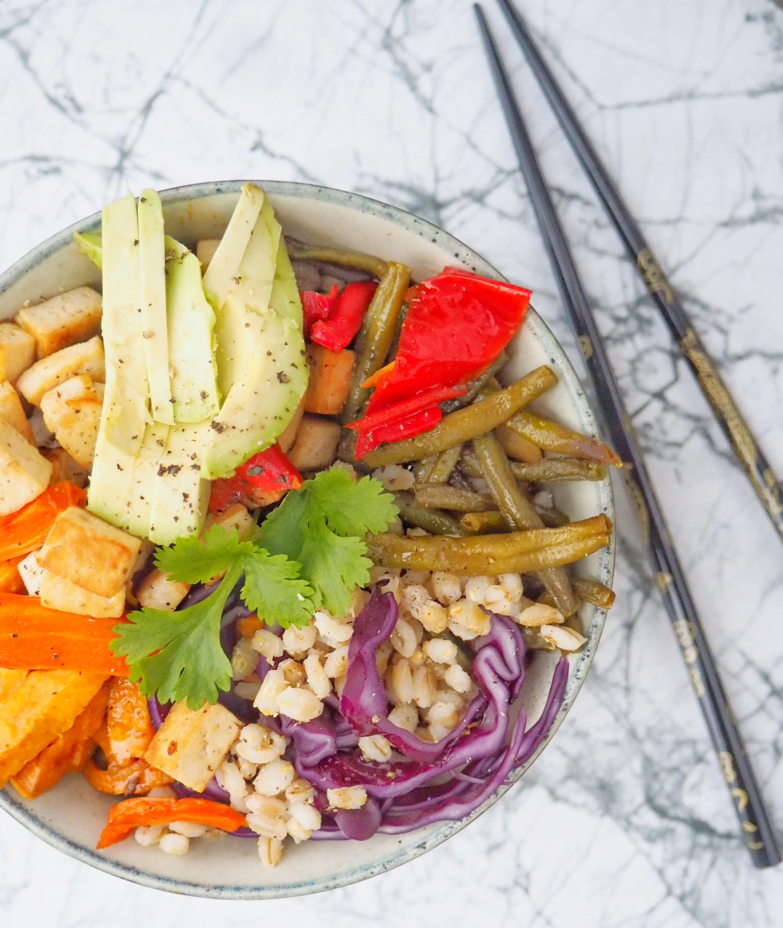 Bowl med perlebyg, tofu og bagte grøntsager