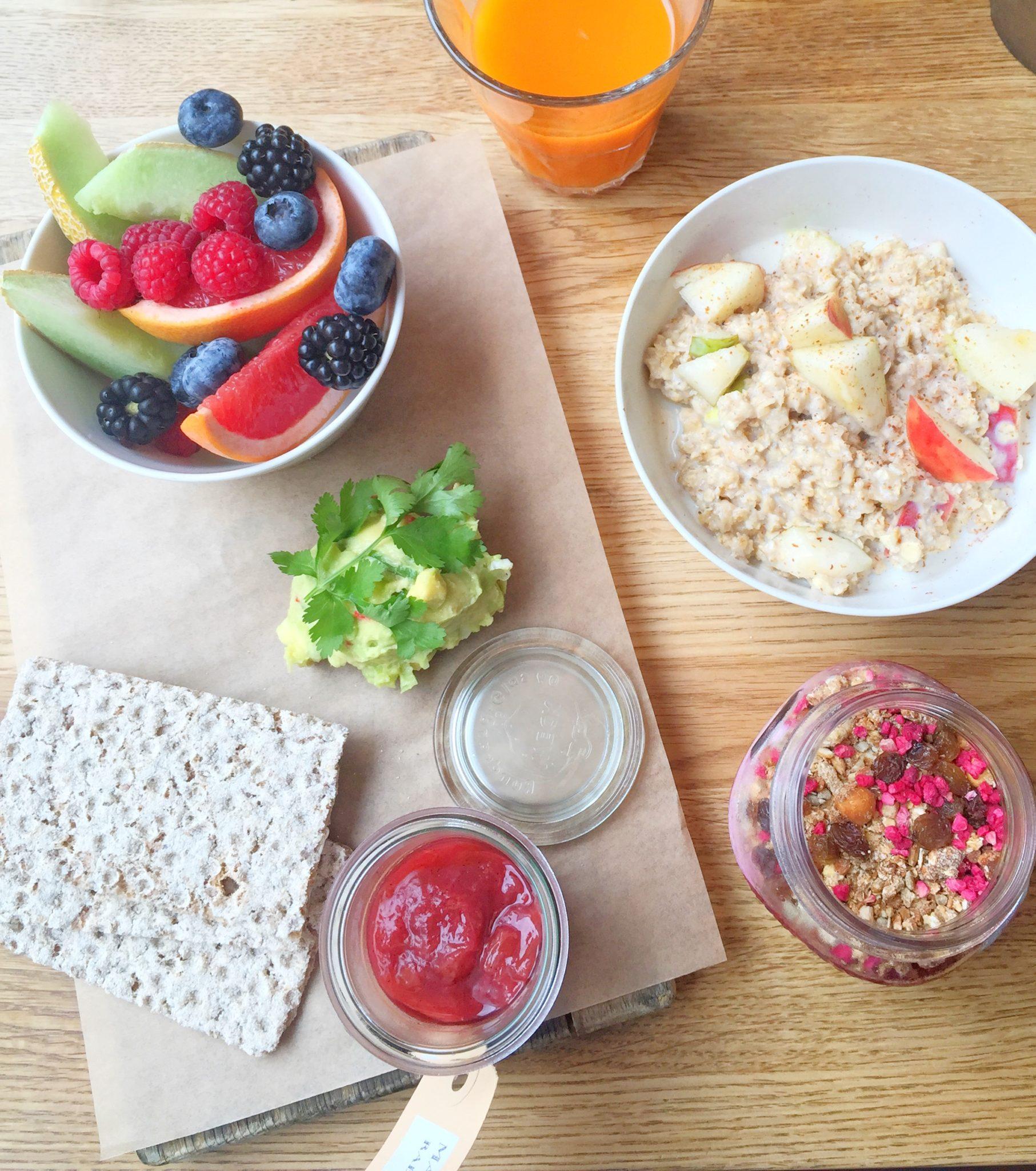 Frugt, avokado, grød og juice hos Bistro Royal