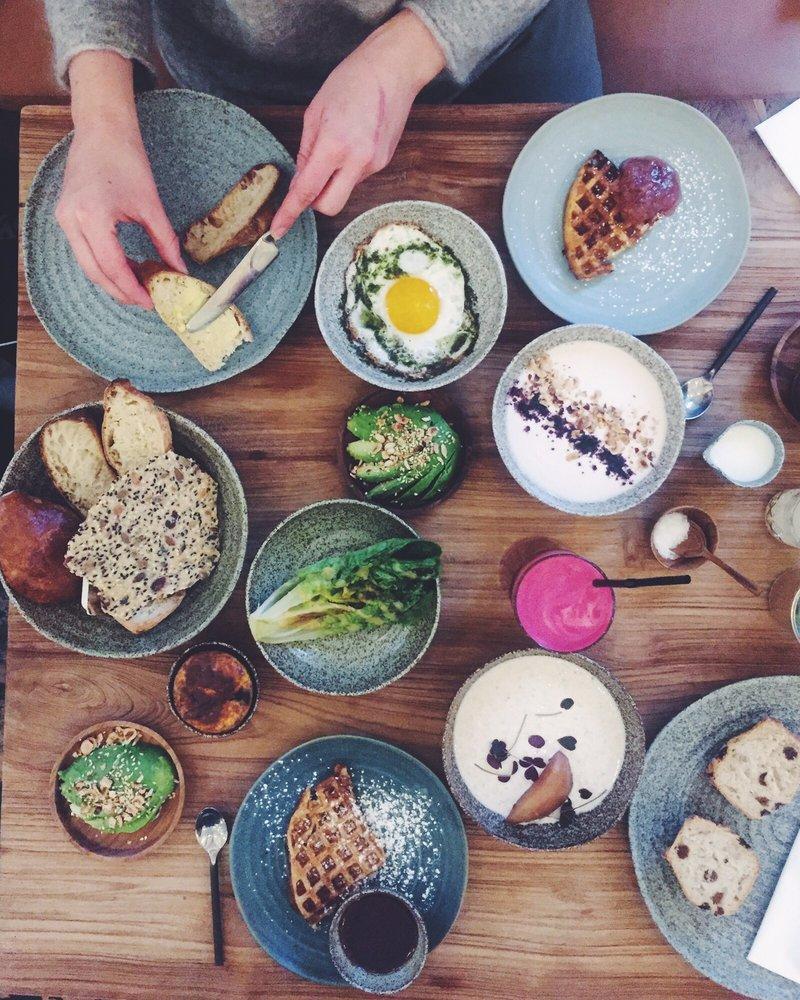 Brunch ved Søerne. Café Livingstone. Salat og juice, souffle, birchermüsli, surdejsbrød, vafler.