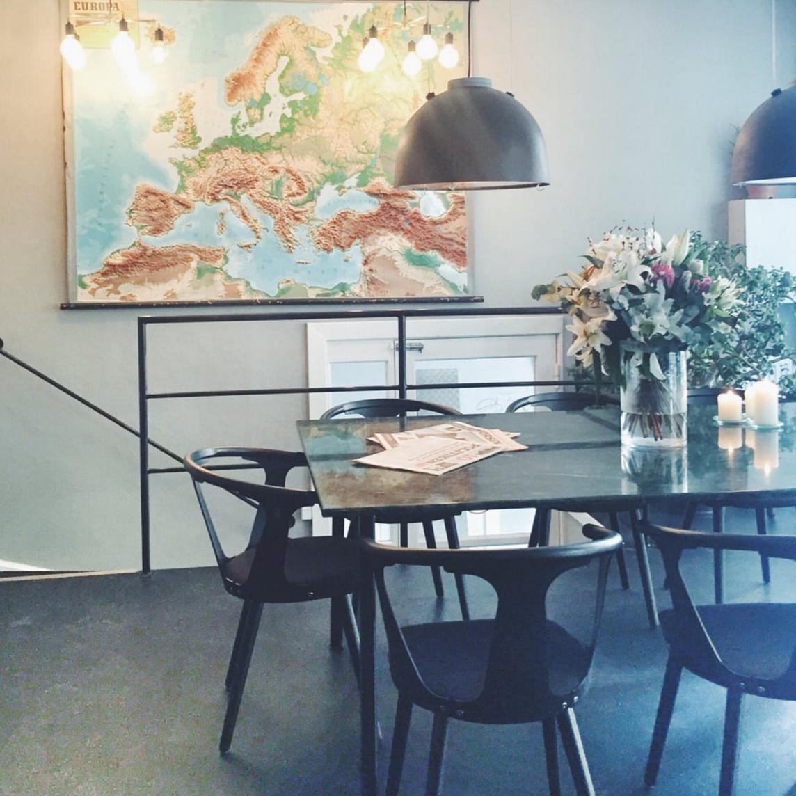 Indretning på Hafnia Bar som har sunde sager på menukortet. Vegetarisk og vegansk mad i indre København