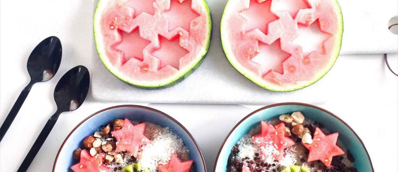 Opskrift på havregrød og boghvedegrød med masser af sunde toppings; vandmelon og kiwi