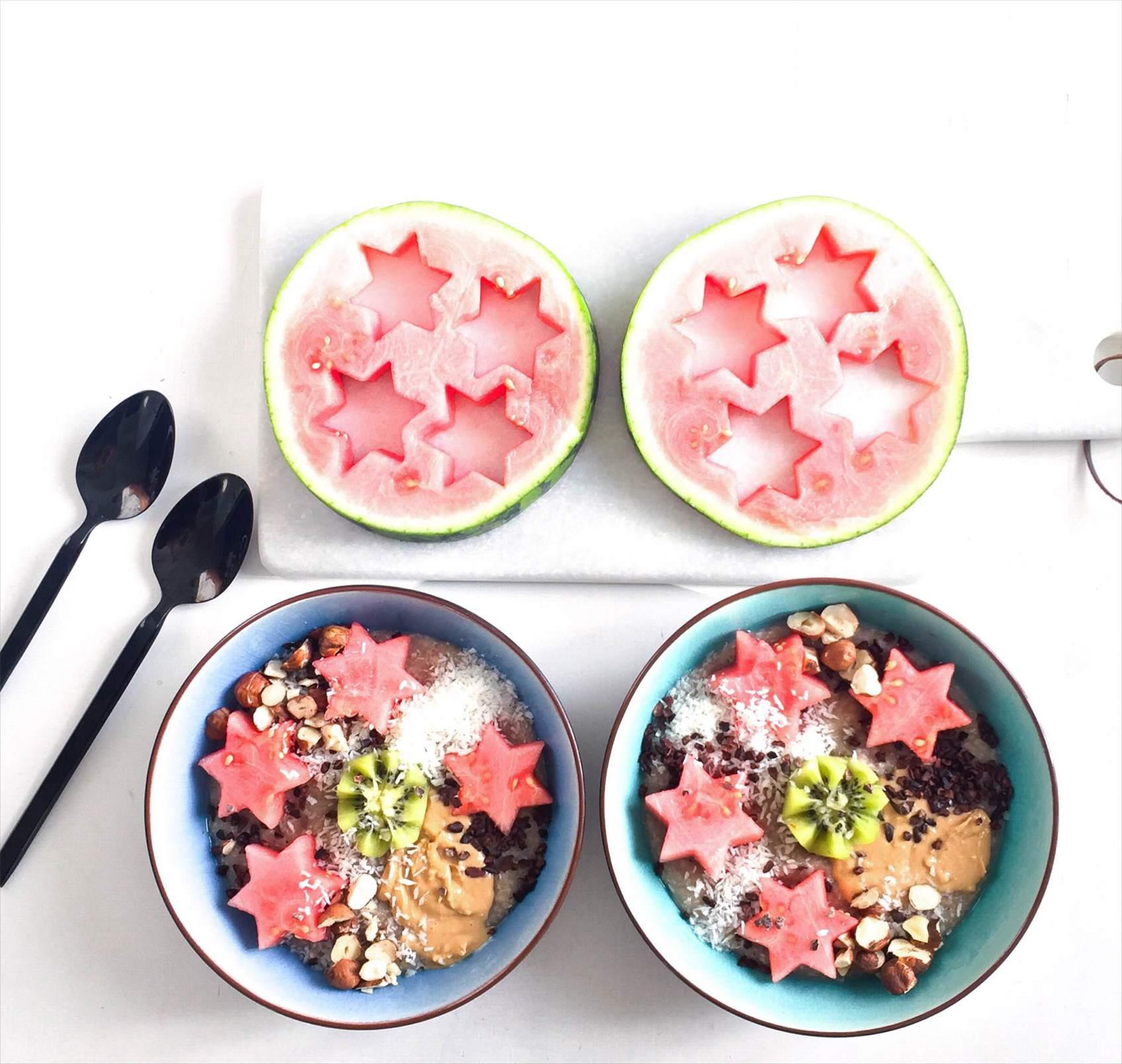 Boghvedegroed opskrift. Med frugt og en masse toppings. Vandmelon, kiwi, kokos og nøddesmør