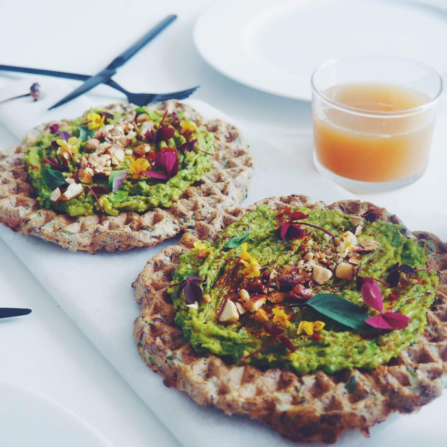 sunde vafler med avokado smash, skovsyre, basilikumblomster