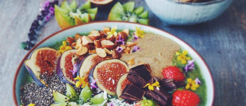 Opskrift på smoothie med en masse farverige toppings. God til sund og let morgenmad