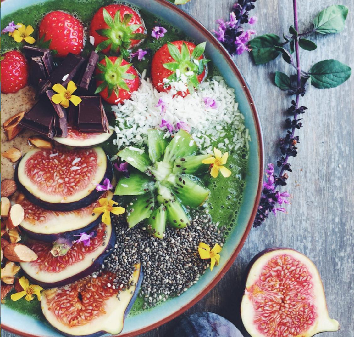 Morgenmad med grøn smoothie, kiwi, figner, jordbær, chokolade, chia og mandelsmør