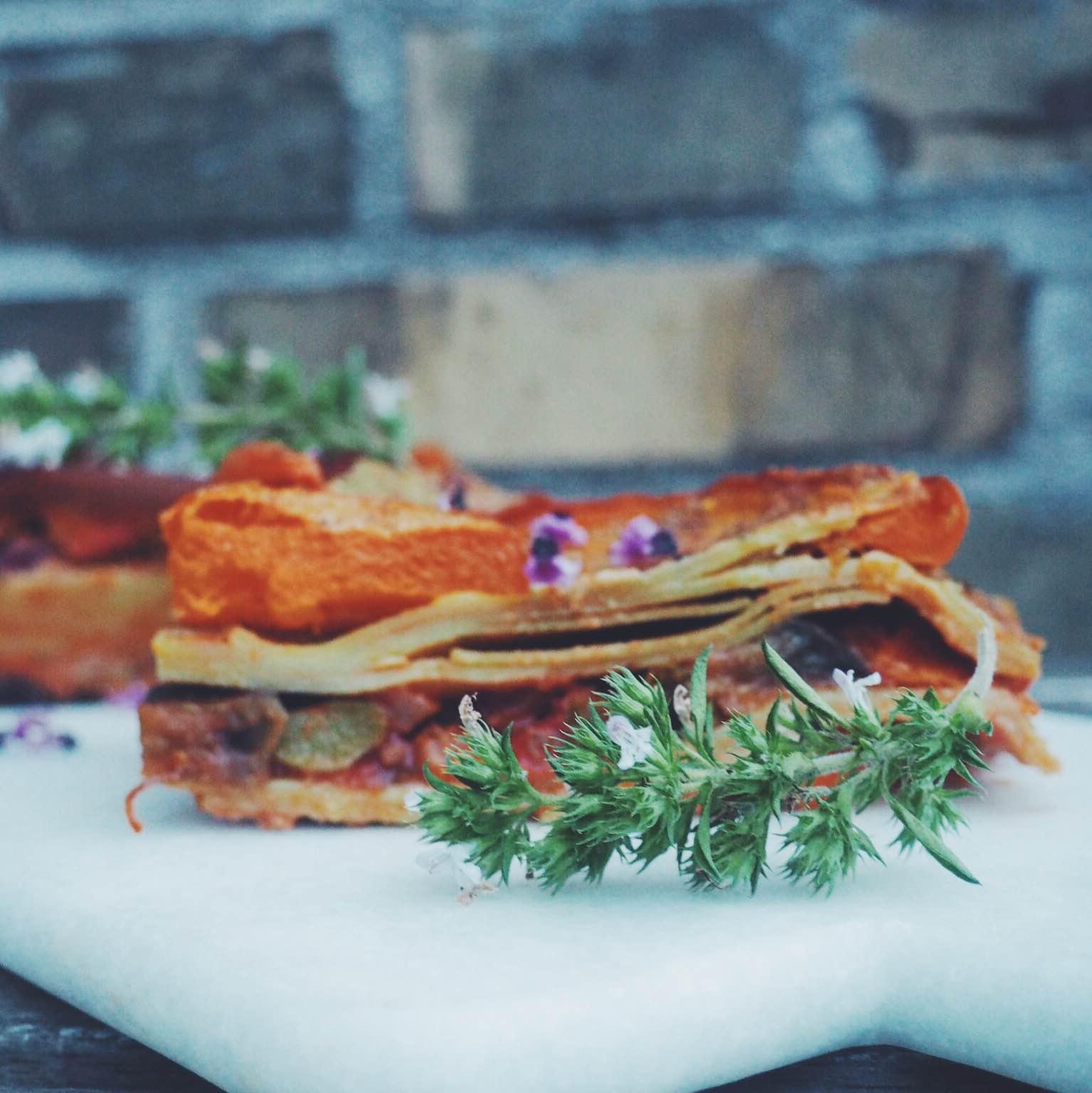 Vegansk græskarlasagne med bønner og græskar