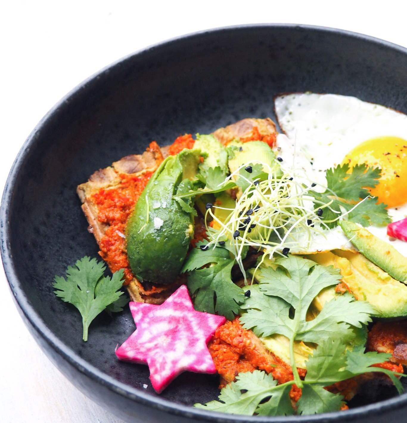Vafler med æg, avokado og tomat