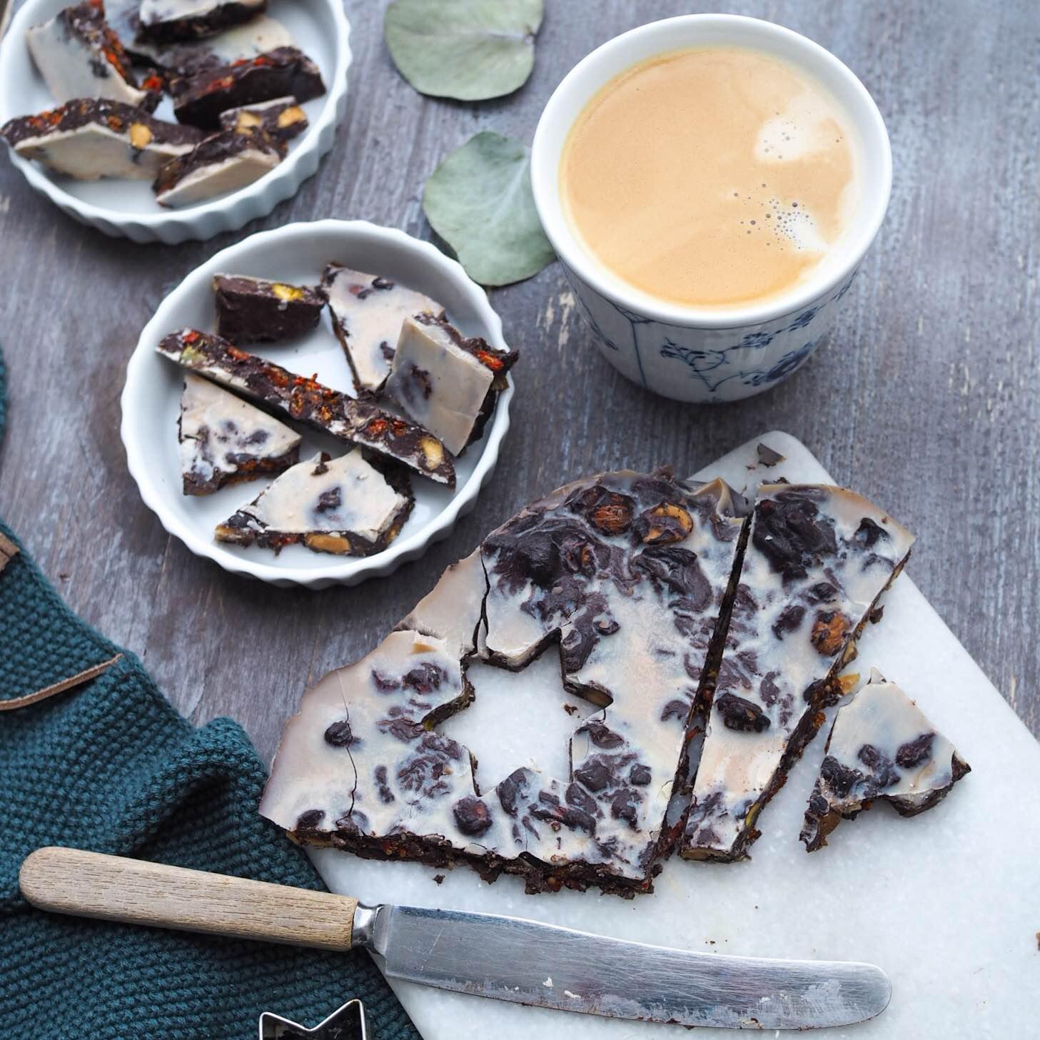 Hjemmelavet vegansk chokolade lavet på kokosmælk og serveret med en kaffe på havremælk