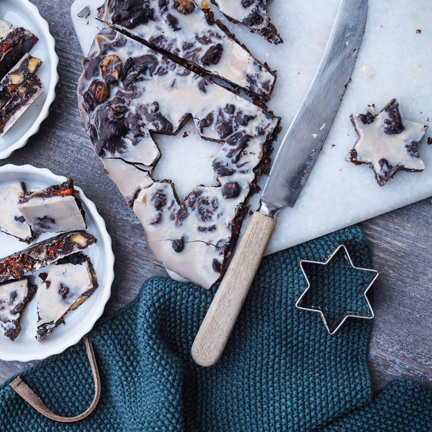 Sund eller i hvert fald sundere chokolade. Glutenfri, vegansk, laktosefri og med masser af nødder og tørrede bær