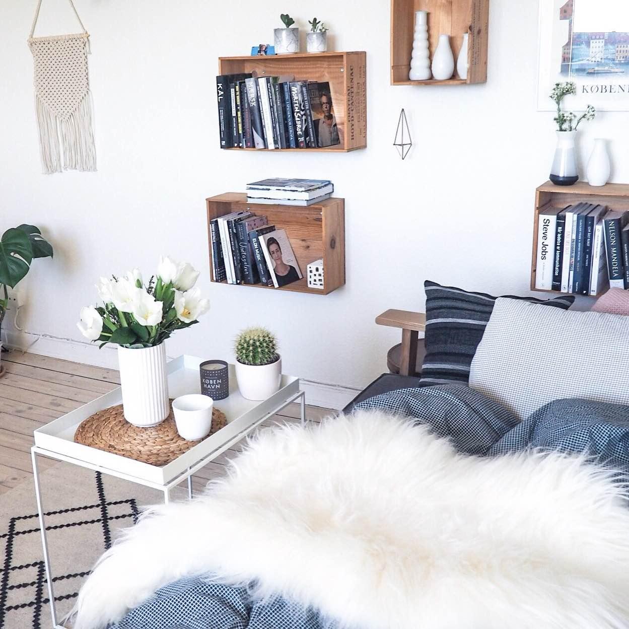 Hjemmekontor med sofa, islandsk lammeskind og dyne