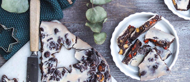 Vegansk chokolade opskrift. Chokoladebrud lavet med udstikkere og fyld af gojibær, dadler og nødder. Lavet på kokosmælk og stylet med eucalyptus og viskestykker fra Humdakin